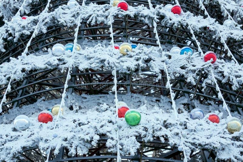 Construcción metálica de un árbol de navidad artificial de Krasnoyarsk, cubierto con escarcha en menos 40 centígrados imagenes de archivo