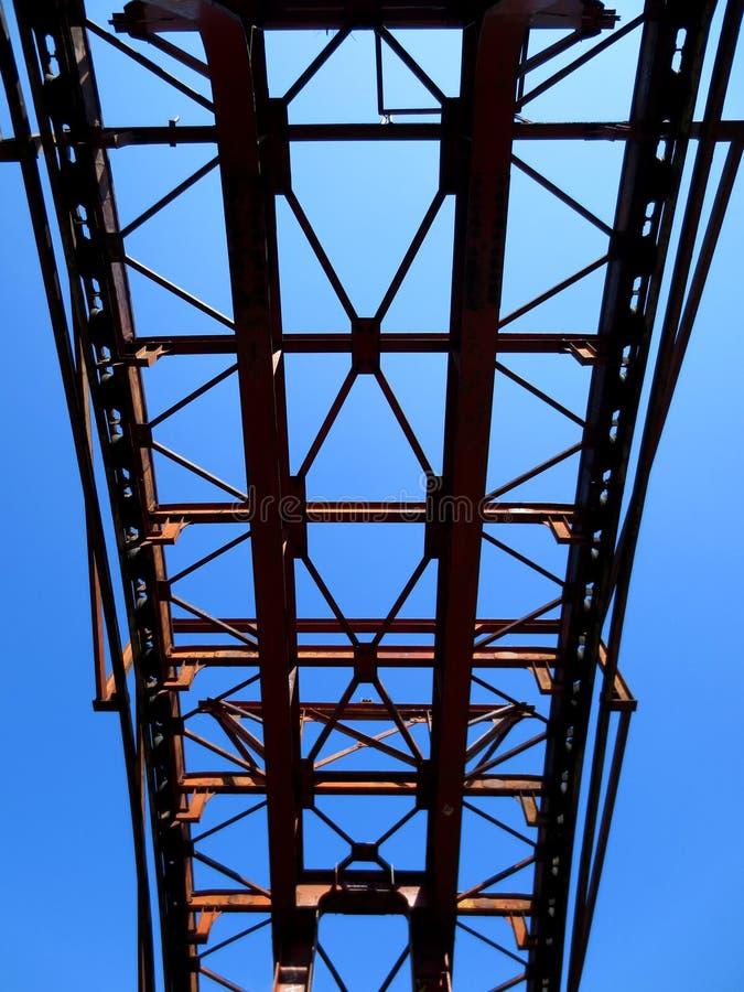Construcción metálica en el cielo fotografía de archivo