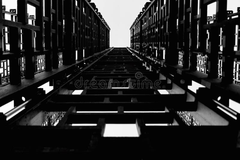 Construcción metálica, pequeñas casillas negras, escaleras al cielo libre illustration