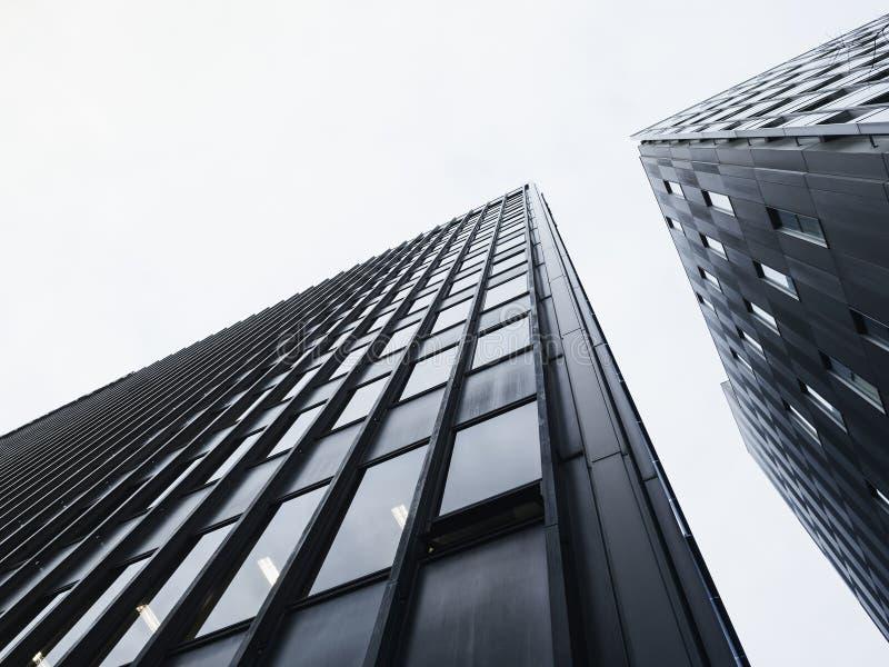Construcción moderna de la fachada del detalle de la arquitectura blanco y negro imagen de archivo