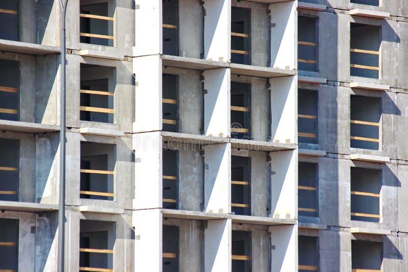 Construcción moderna de las construcciones de varios pisos y de viviendas estructuras concretas por las vidas de la gente en la c fotos de archivo