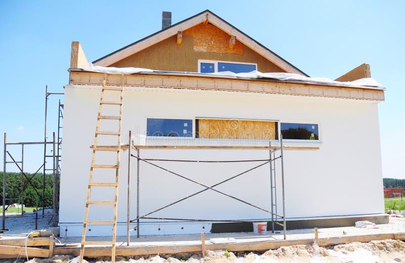 Construcción o reparación de la casa rural con el aislamiento, aleros, cubriendo imágenes de archivo libres de regalías