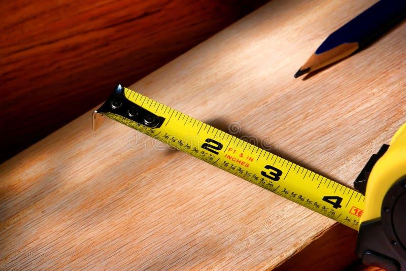 Construcción que contrae cinta métrica imagenes de archivo