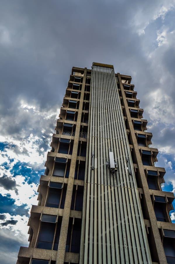 Construcción que sucede en un alto edificio en la ciudad Gauteng South Africa de Johannesburgo foto de archivo