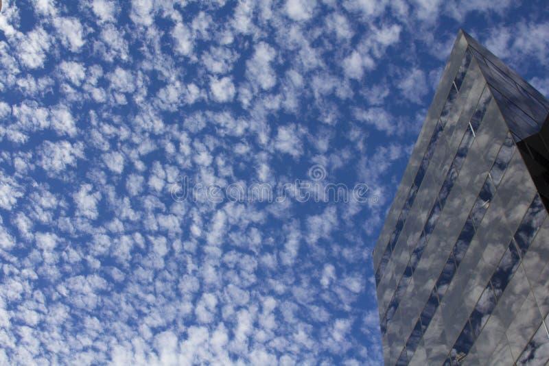 Construcción reflejando el cielo imagen de archivo libre de regalías