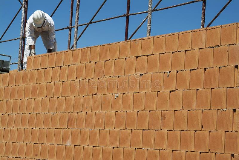 Construcción roja de la pared de ladrillo en emplazamiento de la obra foto de archivo libre de regalías