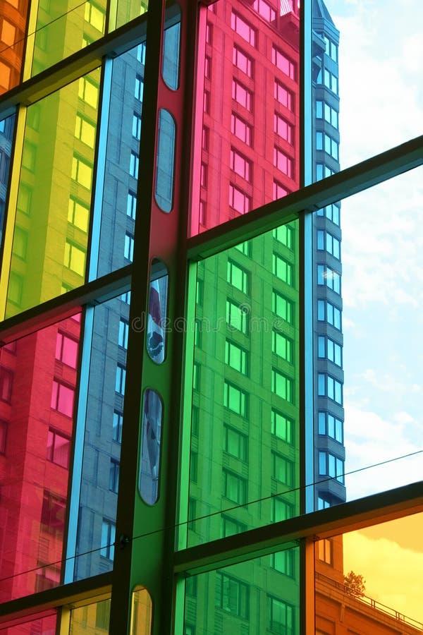 Construcción vista a través de los cristales de ventana coloreados. fotos de archivo libres de regalías