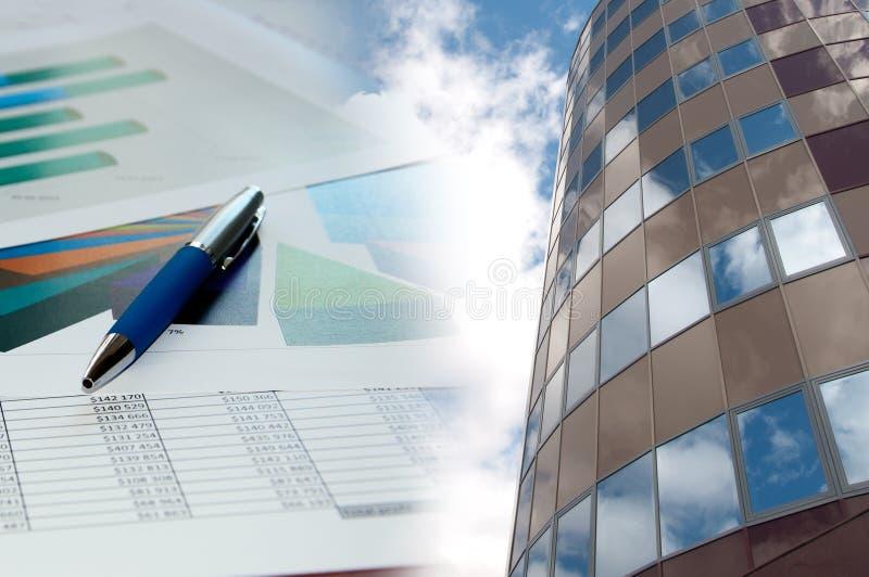 Construcción y carta financiera, collage del asunto imagen de archivo libre de regalías
