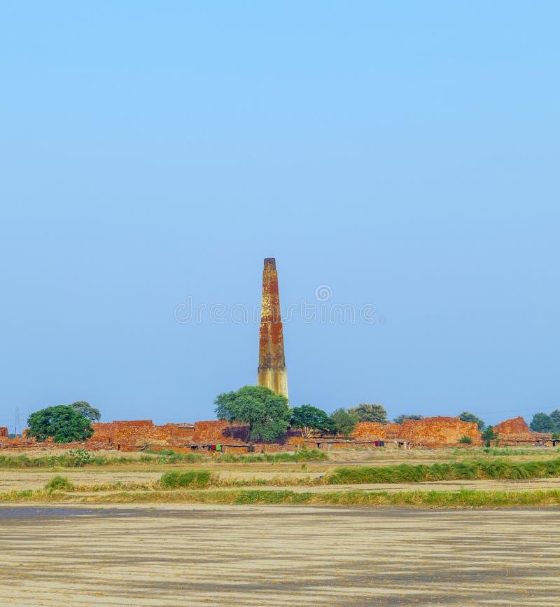 Construcción y chimenea de los ladrillos en la India fotografía de archivo libre de regalías