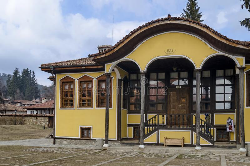 Construcci?n de escuelas antigua en la peque?a ciudad Koprivshtitsa de la monta?a fotografía de archivo