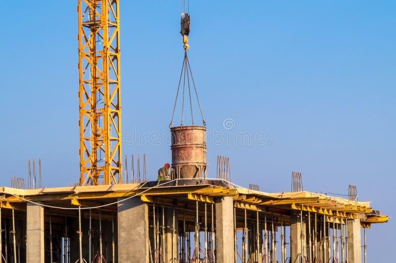 Construcci?n de la casa - los trabajadores concretos sirvieron la gr?a imagen de archivo libre de regalías