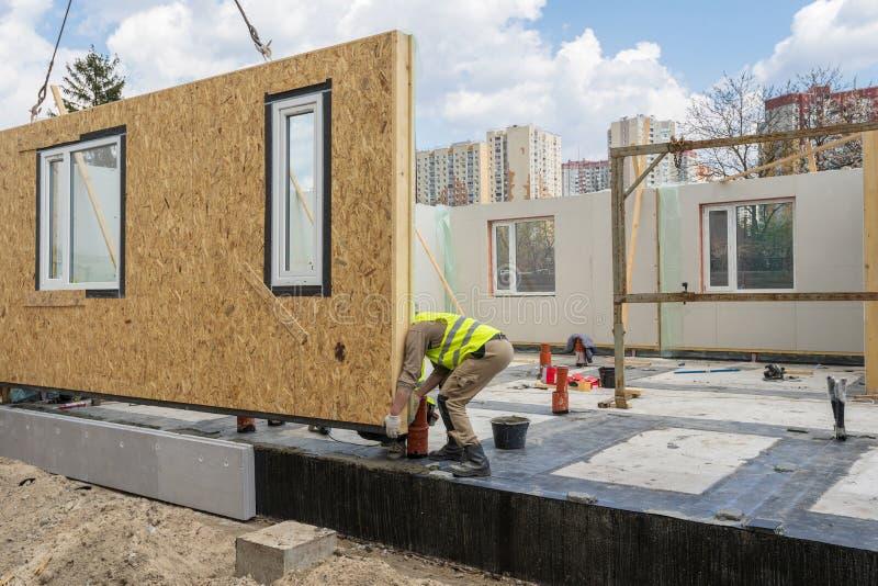 Construcci?n de la casa modular nueva y moderna imagen de archivo libre de regalías