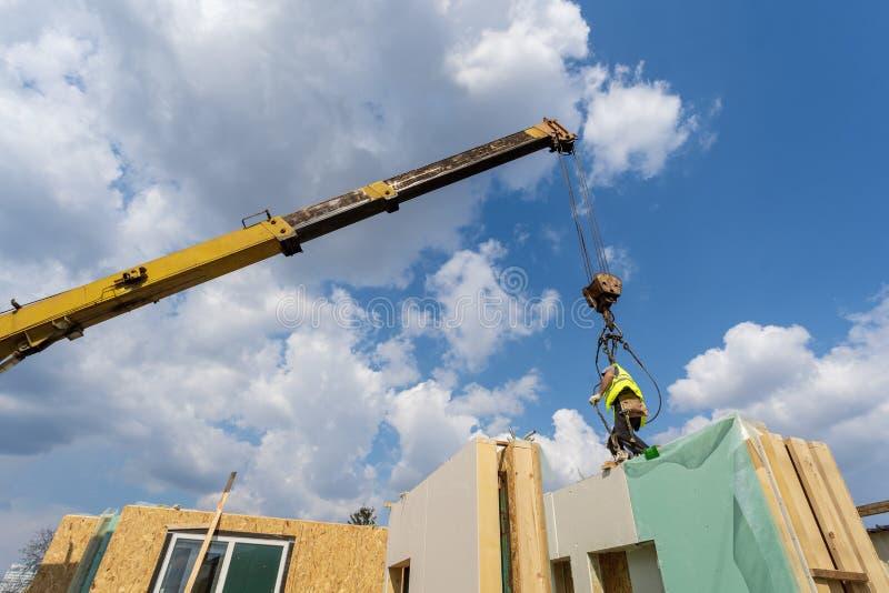 Construcci?n de la casa modular nueva y moderna foto de archivo