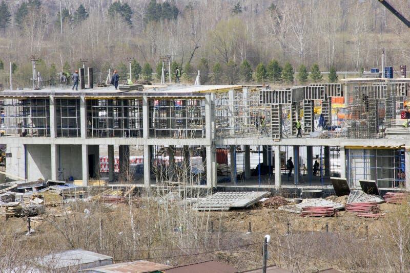 Construcci?n de nuevos hogares material de construcci?n en la primavera imagen de archivo libre de regalías