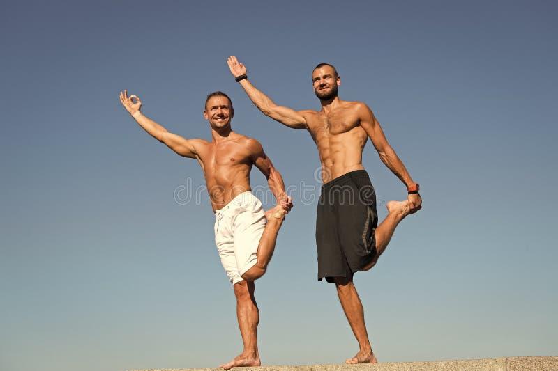Construcci?n de su fuerza muscular Los hombres musculares hacen deporte y aptitud Los hombres realizan las actividades de la salu fotos de archivo