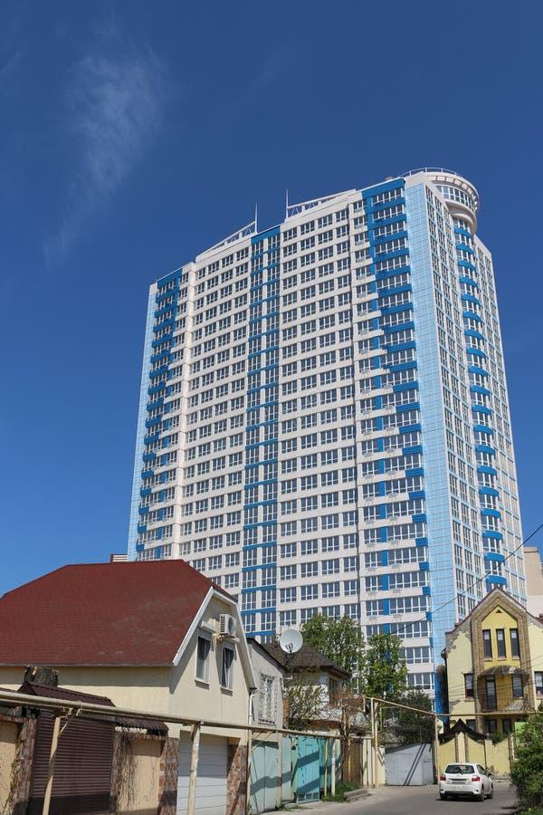 Construcci?n Edificio grande Nuevo edificio Edificio viejo Cielo azul Edificio de varios pisos casas privadas de dos pisos fotografía de archivo