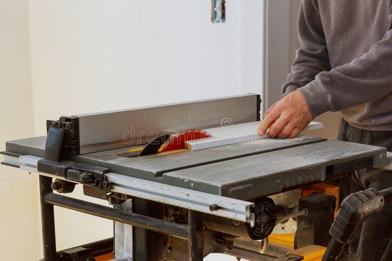Construcci?n que remodela el tablero de madera del ajuste del corte del hogar encendido con la sierra circular imágenes de archivo libres de regalías