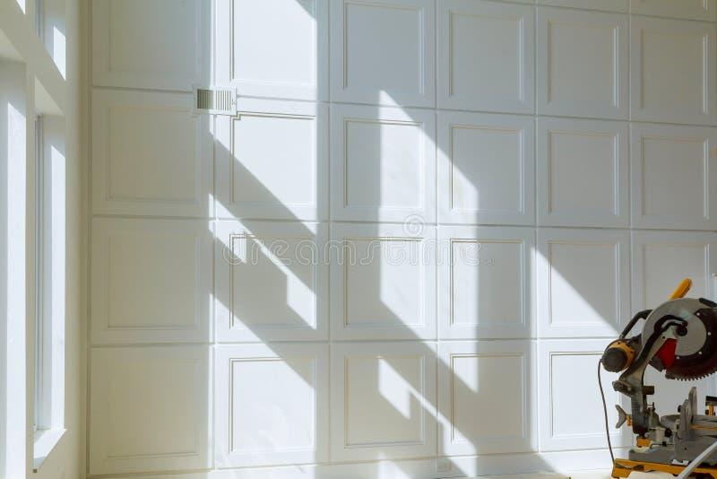Construcci?n que remodela el tablero de madera del ajuste del corte del hogar encendido con la sierra circular foto de archivo