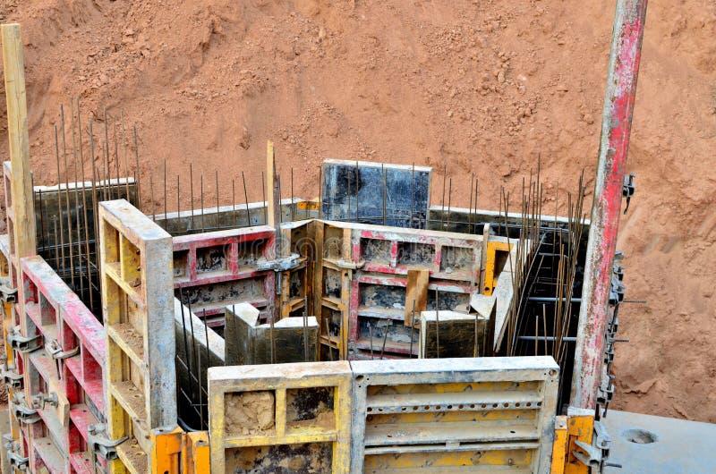Construcciones con objeto del atascamiento de las barras del refuerzo y de los trabajos concretos imagen de archivo