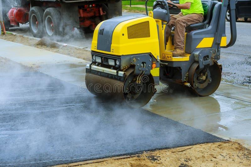 Construcciones de asfaltado con los equipos comerciales del camino del equipo de la reparación foto de archivo libre de regalías