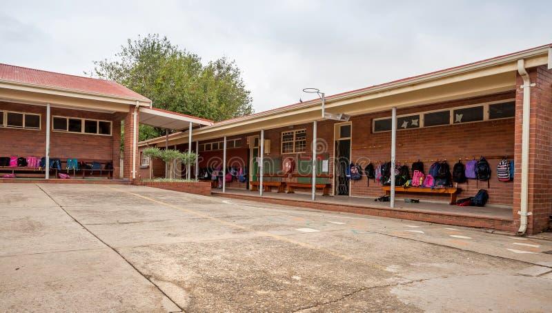 Construcciones de escuelas primaria con los bolsos en pasillos foto de archivo libre de regalías