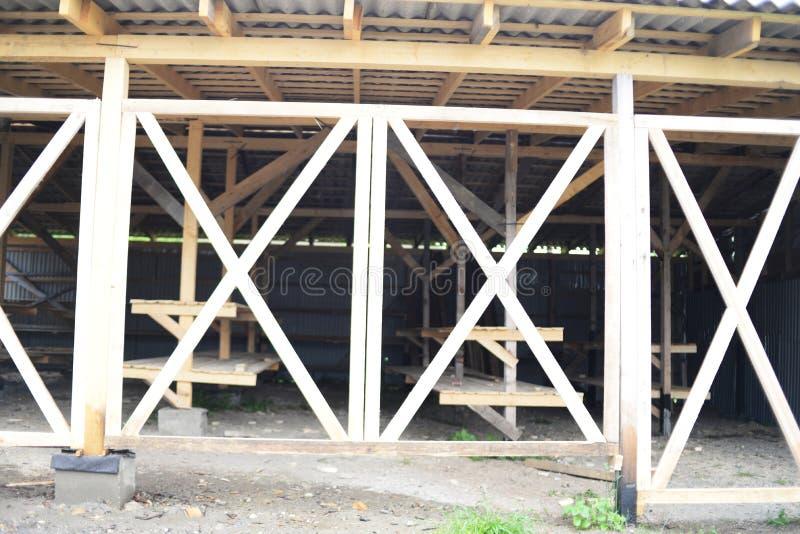 Construcciones de madera, estantes de madera en venta imagen de archivo libre de regalías