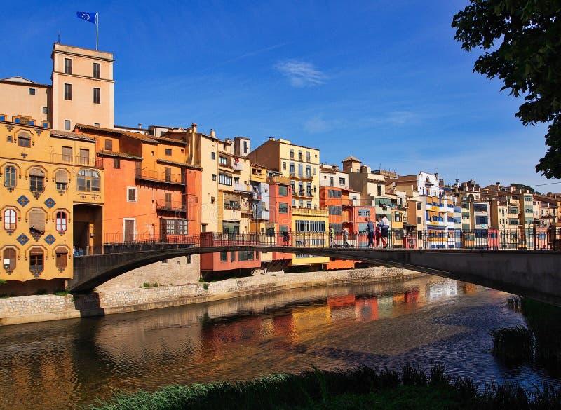 Construcciones de viviendas coloridas, Girona medieval, Cataluña, España imagen de archivo libre de regalías