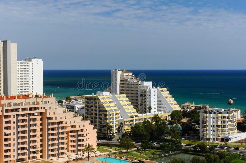 Construcciones de viviendas con el mar en el fondo en Portimao, Algarve y x28; Portugal& x29; foto de archivo