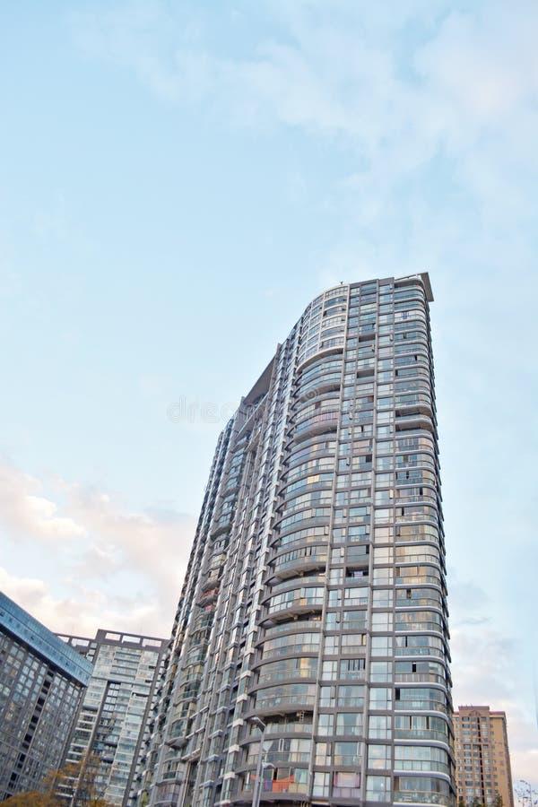 Construcciones de viviendas modernas adentro en el centro de la ciudad imagen de archivo libre de regalías