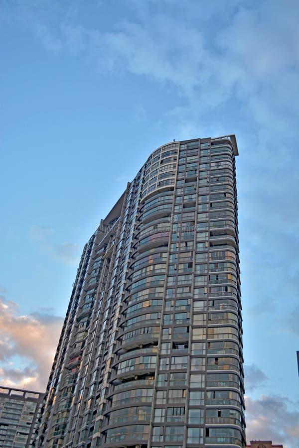 Construcciones de viviendas modernas adentro en el centro de la ciudad imágenes de archivo libres de regalías