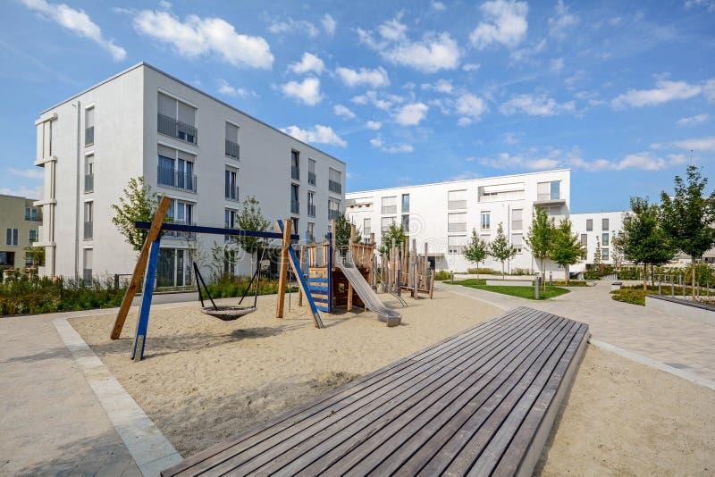 Construcciones de viviendas modernas en un área residencial verde en la ciudad imágenes de archivo libres de regalías