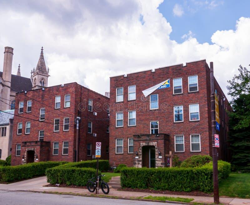 Construcciones de viviendas de Pittsburgh, Pennsylvania, los E.E.U.U. 7/27/2019 en la vecindad de Oakland de la ciudad fotografía de archivo