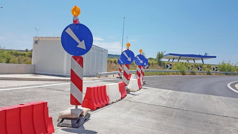 Construcion работы в процессе знака дороги голубое стоковые изображения