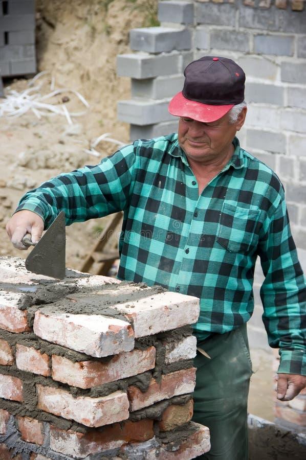 Constructeur à la maison aîné photos libres de droits