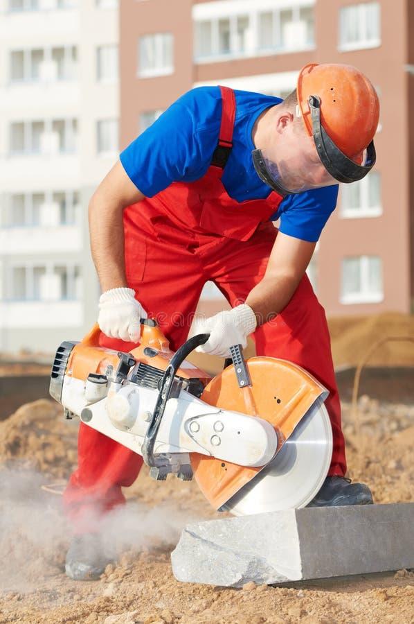 Constructeur au travail de bordure de trottoir de découpage photo libre de droits