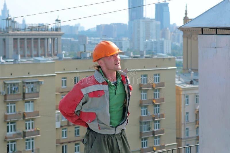 Constructeur d'homme sur le toit Fond de ville image libre de droits