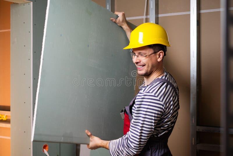 Constructeur dans le nouvel intérieur de bâtiment photographie stock