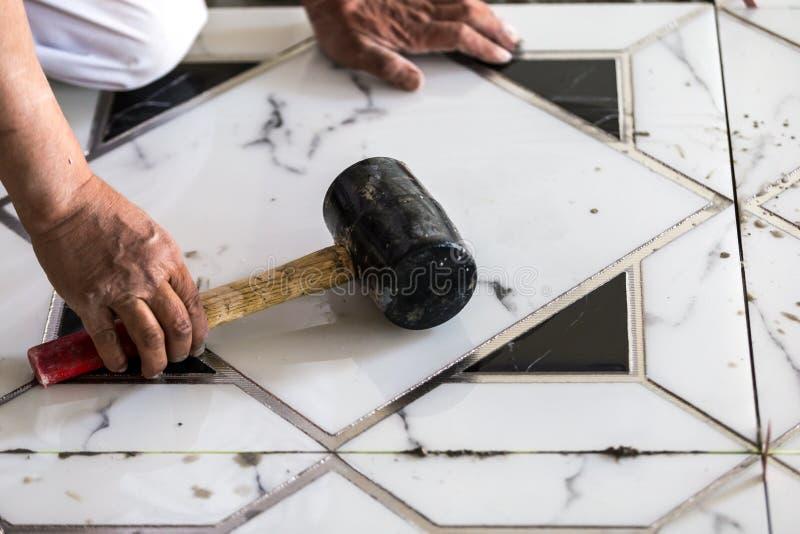 Constructeur de carreleur de granito de construction photo stock