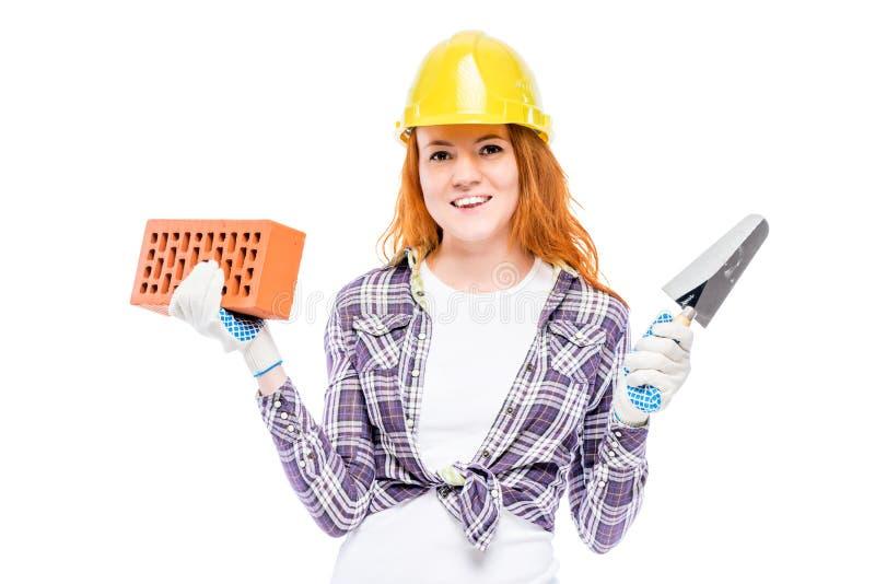 constructeur de femme avec une brique et truelle sur un blanc images stock
