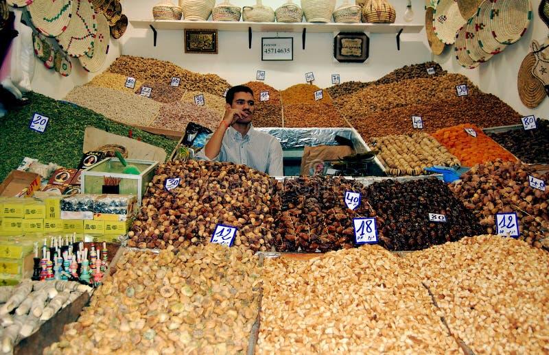 Constructeur de fruits secs dans un souk marocain photographie stock