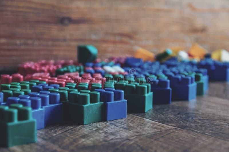 Constructeur de jouet du ` s d'enfants sur le plancher photos libres de droits