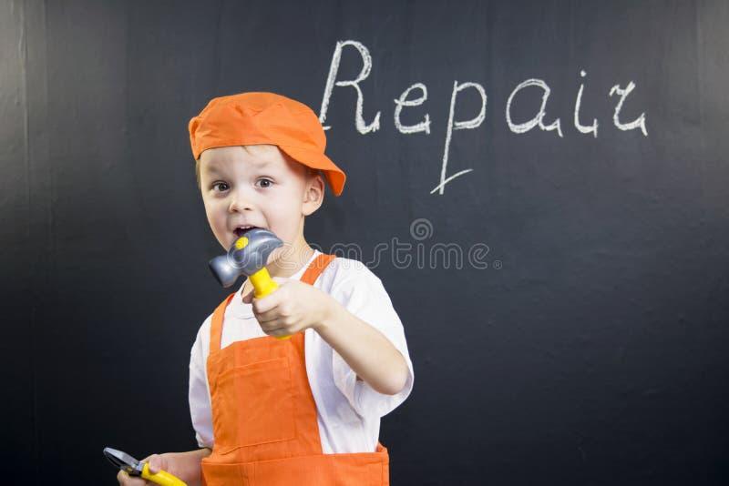 Constructeur drôle de garçon photo libre de droits