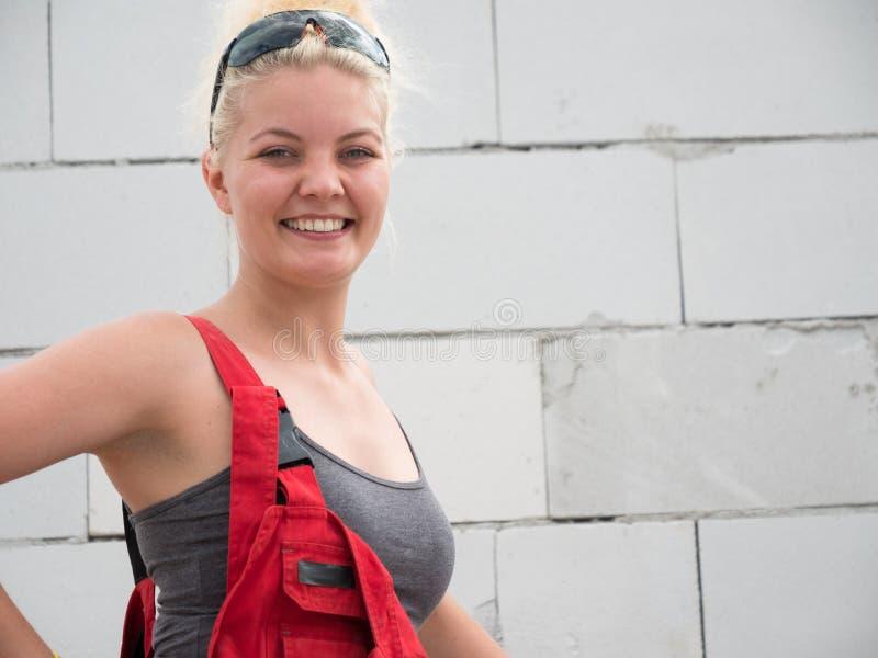 Constructeur femelle fonctionnant pour construire la nouvelle maison photo stock
