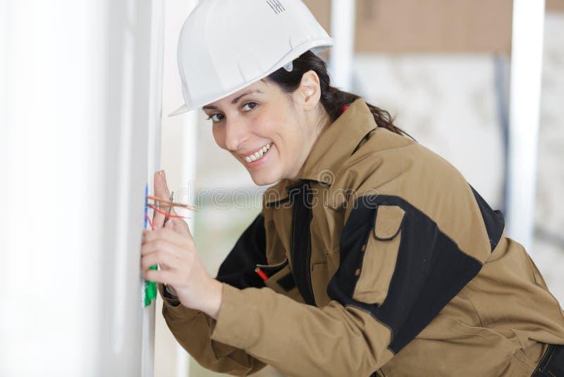 Constructeur marquant le mur photographie stock