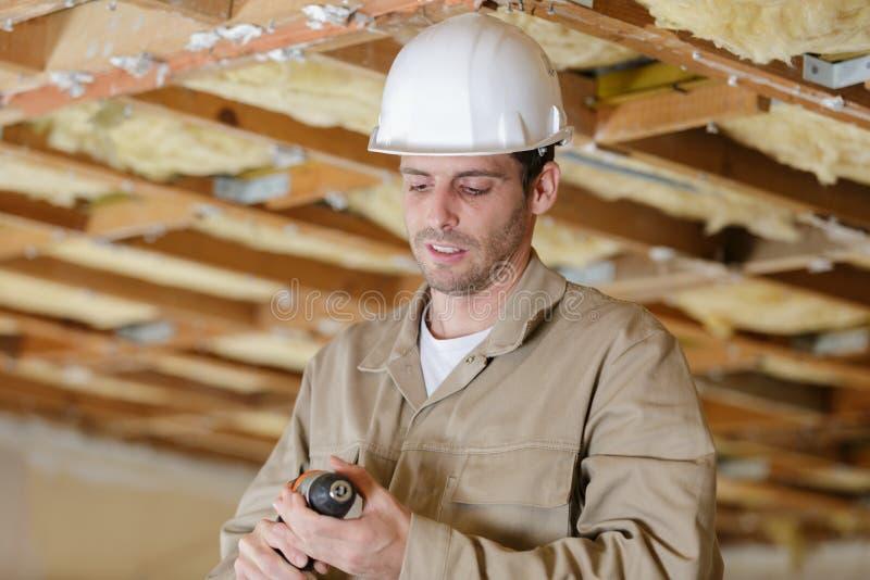 Constructeur masculin préparant pour utiliser la perceuse sans fil images libres de droits