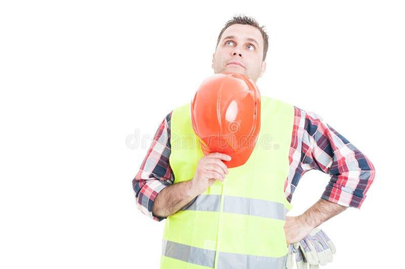 Constructeur masculin songeur recherchant la solution image libre de droits