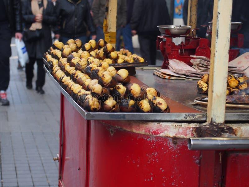 Constructeur rôti de châtaigne, Istanbul photo stock