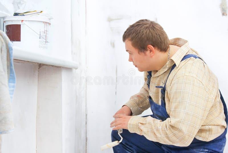 Constructeur regardant le mur de peinture photos libres de droits