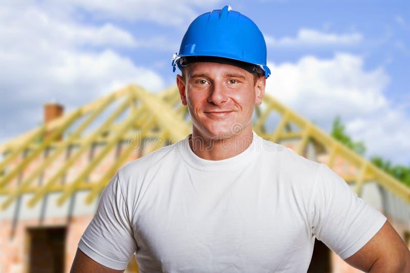 Constructeur sur le site dans le masque, souriant photo libre de droits