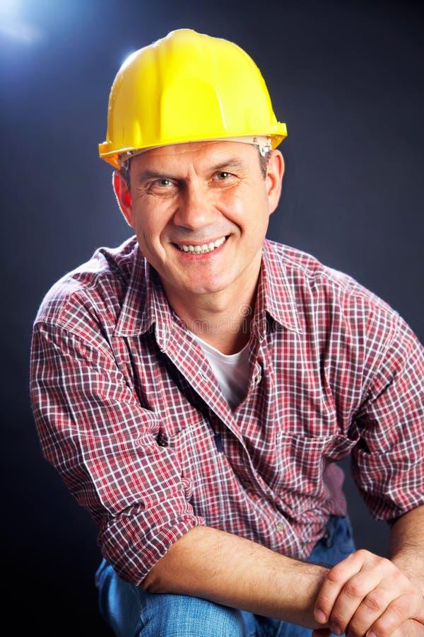 Constructeur sur un fond foncé images libres de droits